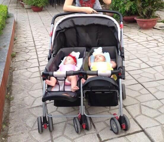 Có nên mua xe đẩy đôi khi có 2 bé sinh đôi không 3